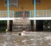 Banjir Melanda, Mau Sekolah Pakai Perahu
