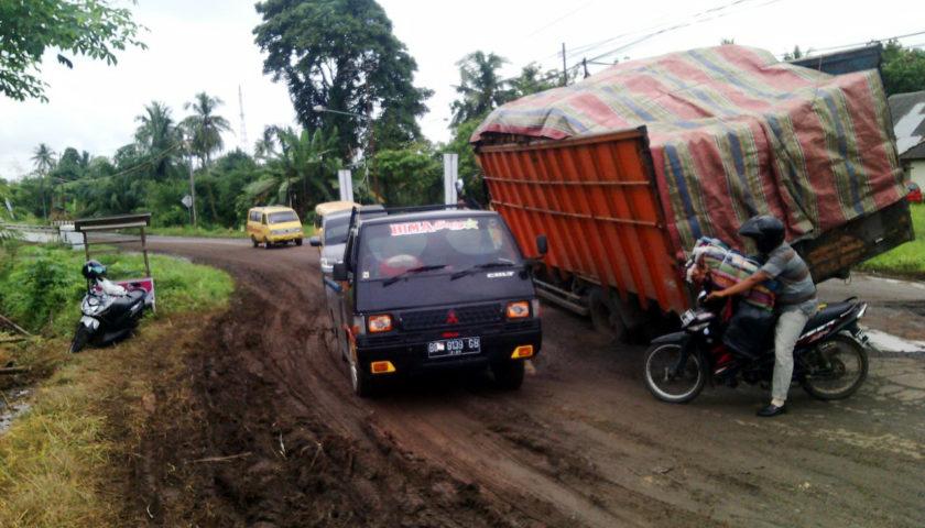 Jalan Provinsi Rusak Parah, Truk Nyaris Terguling