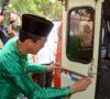 Ajak Buang Sampah Tidak Sembarangan, Harnojoyo Tempel Stiker