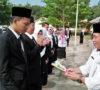 Hardiknas, Guru SMA I Sanga Desa Diberi Bunga