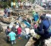 Plt Bupati Bersama Warga Perbaiki Pintu Bagi Air yang Jebol