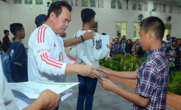 450 Anak Usia Dini di OKU Dapat Sertifikat Bertandatangan Ronaldinho