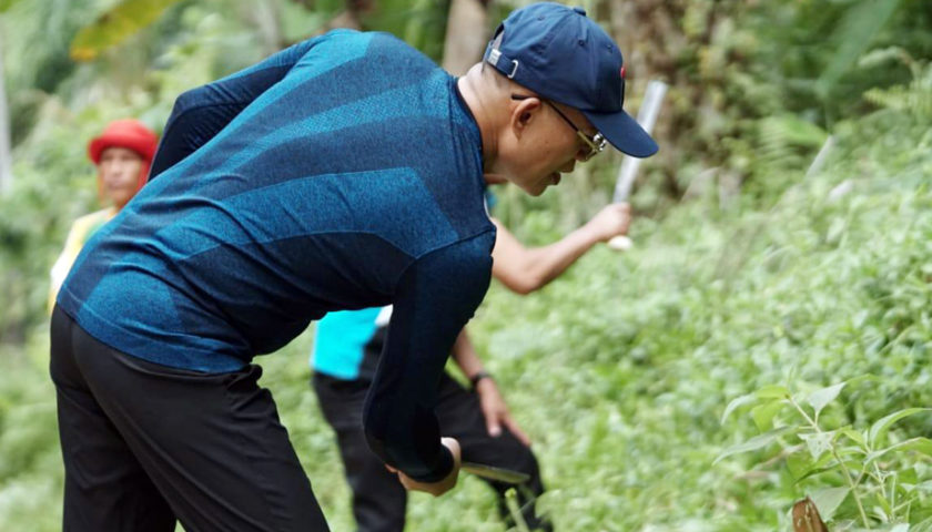 Bupati dan Masyarakat Dua Desa Gotong Royong Bersihkan Jalan Penghubung