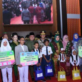 Ribuan Siswa Terima Seragam Sekolah Gratis