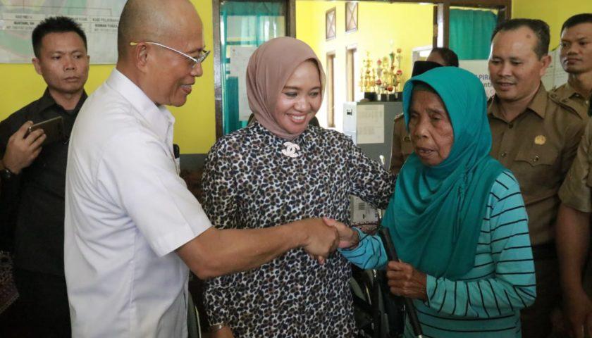 Usai Dialog dengan Petani, Bupati Serahkan Bantuan Kursi Roda dan Alat Bantu Dengar