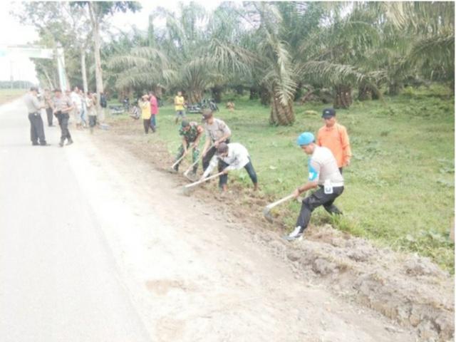 Polisi bersama TNI Gotong Royong Sambut MTQ Ke 51 Di Desa Tinggi Raja