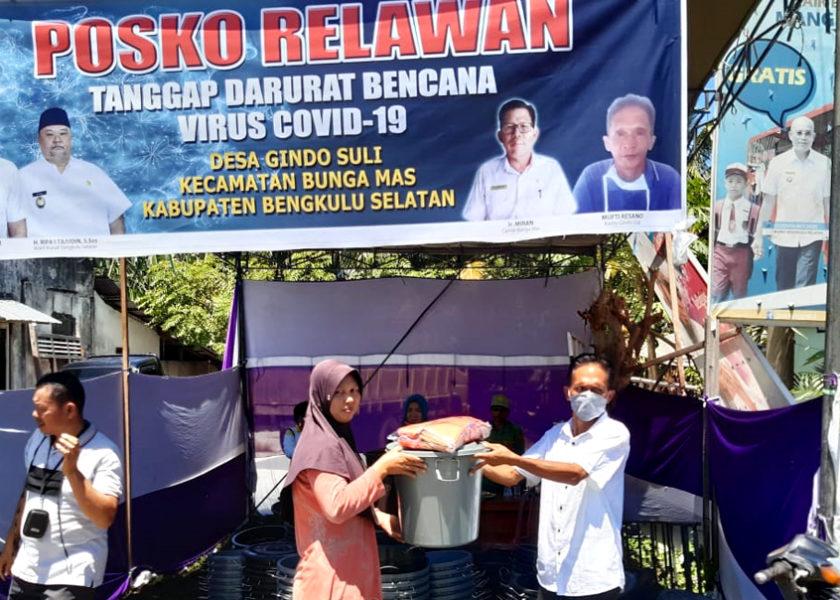 Pemdes Gindo Suli Bagikan Penampung Air, Masker dan Sabun