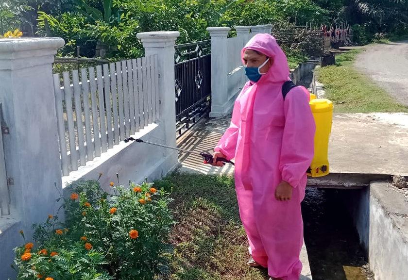 Pemdes Lubuk Sirih Ulu Semprot Disinfektan ke Rumah Warga 2 Minggu Sekali