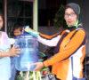 Pemdes, BPD dan Tenaga Relawan Semangat Membagikan Alat Pencuci Tangan