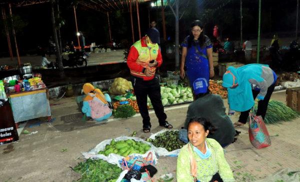 Pegawai Diskominfo Belanja di Pasar Pagi Sambil Sosialisasi Corona