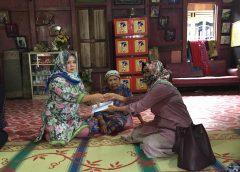 Istri PWI Sumsel Anisatul Mardiah Firdaus saat menyerahkan bantuan.