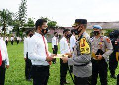 Kapolres Prabumulih berikan sertifikat penghargaan.