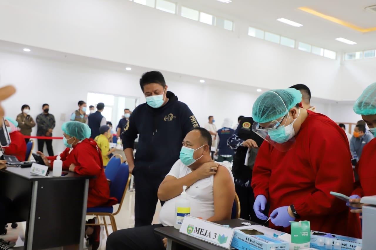Wartawan saat disuntik vaksin.