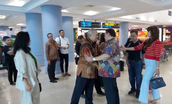 Agung Laksono Tolak Gunakan Fasilitas VVIP Bandara SMB II, Jumpai Alex Noerdin di Keberangkatan Umum