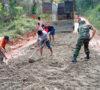 Perbaiki Jalan Plakat Tinggi, TNI dan Warga Hingga Pelajar Lakukan Gotong Royong