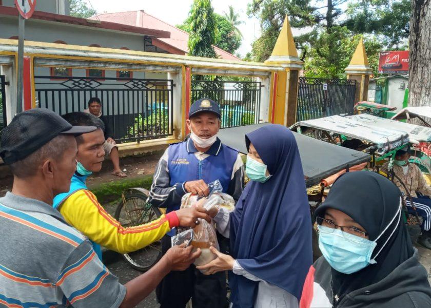 Komunitas Jumat berbagi beri Sembako kepada Tukang Ojek, Tukang Becak, dan Pemulung