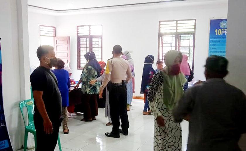 Lurah Selawan Bagi Penyaluran Bantuan Sembako