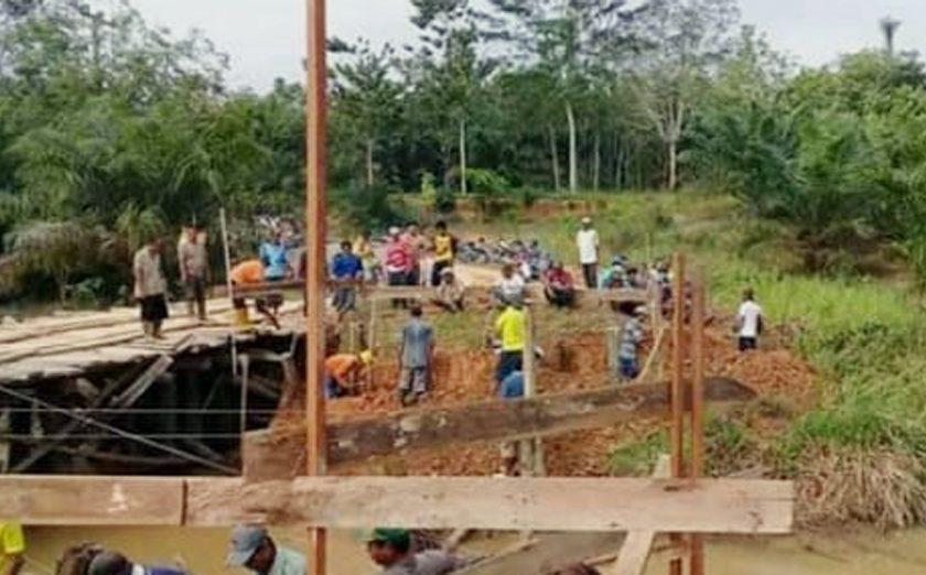 Warga Desa Simpang Bayat Gotong Royong Bangun Jembatan