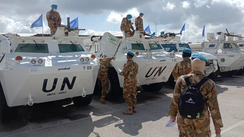 Prajurit TNI yang berada di Lebanon saat mengecek kesiapan kendaraan perang.