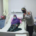 Kapolres Empat Lawang saat membesuk Nenek Rusmiati.