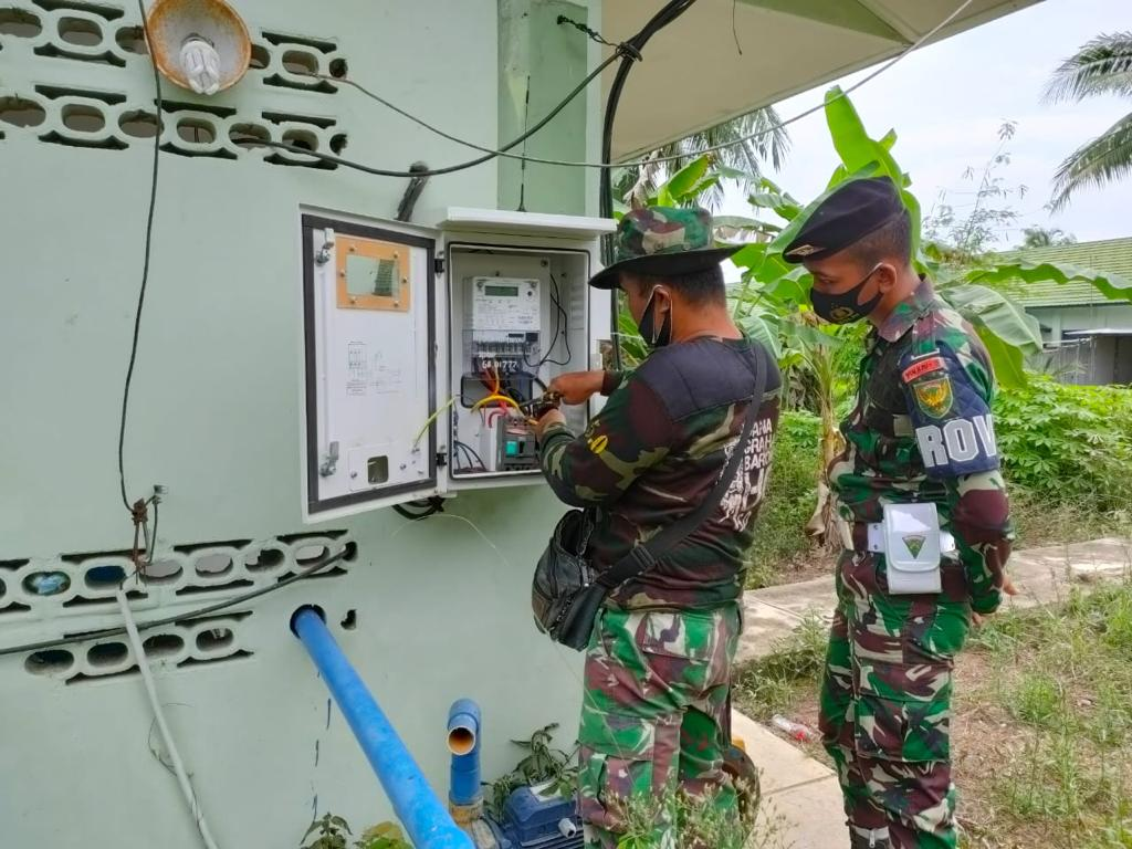 Anggota Yonkav 5/DPC lakukan pengecekan instalasi listrik.